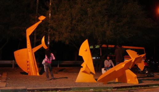 ALTAR A LA AMISTAD, hierro, 100 x 100 x 350 cm., (con los pibes), emplazada en Resistencia, 2010.