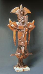 CRUZ ALADA, madera, metal y travertino, 80 cm. de altura (vista a).