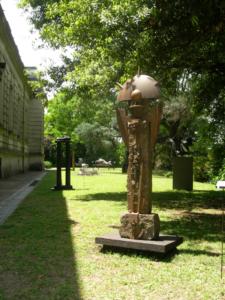 CUSTODIA, granito, hierro y acero, 180 cm. de altura, 2000-20005, expuesta en el Museo Raggio.