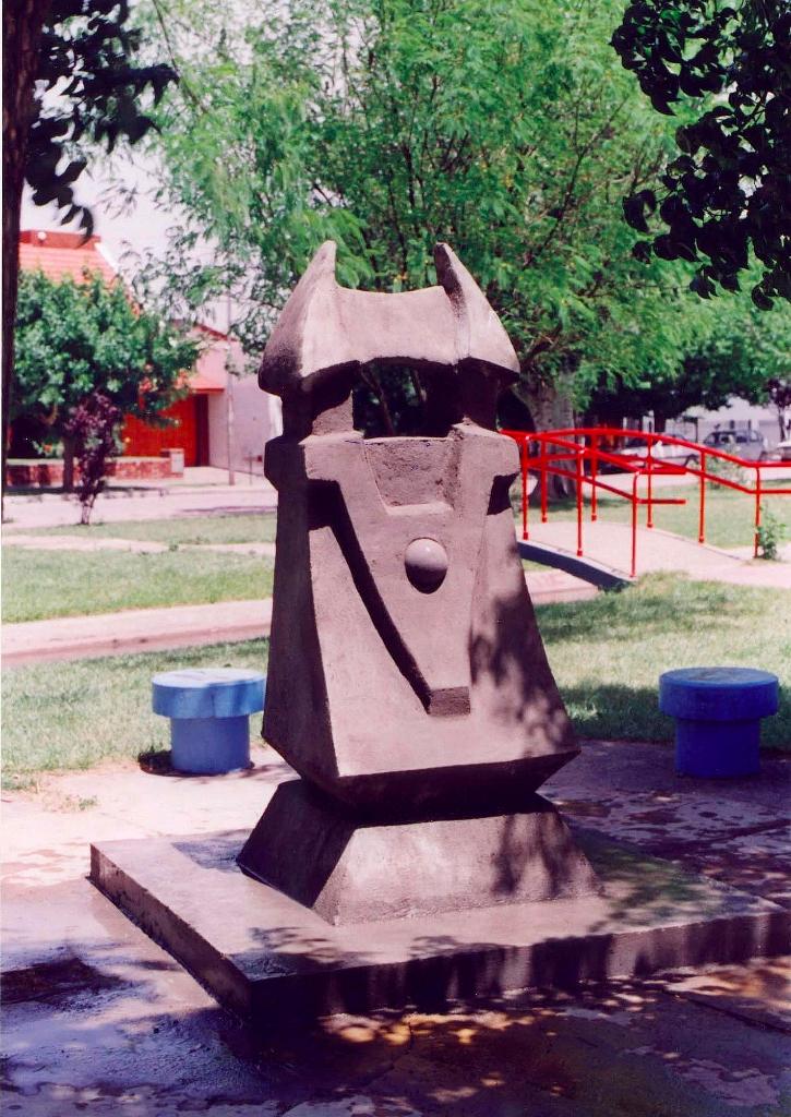 EL MENSAJERO, hormigón, 200 cm. de altura, 1999, emplazada en General Roca, Rio Negro.