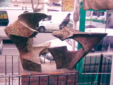 LA BESTIA, hormigón, 1989, emplazada en Paseo de las Esculturas de Boedo.