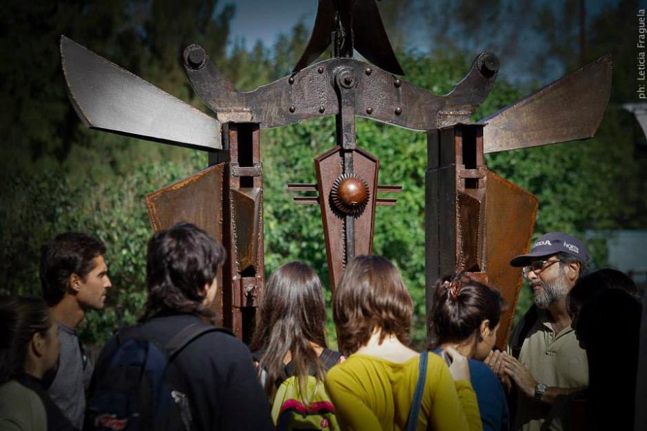PORTAL PARA EL DESCANSO DEL GUERRERO (con la gente), hierro, 350 cm. de altura, 2012, emplazada en el Parque de la Memoria de Lanús.