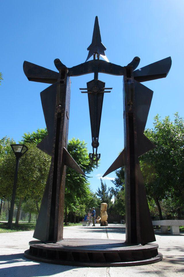 PORTAL PARA EL DESCANSO DEL GUERRERO, hierro, 350 cm. de altura, 2012, emplazada en el Parque de la Memoria de Lanús.