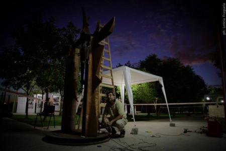 PORTAL PARA EL DESCANSO DEL GUERRERO (en proceso) , hierro, 350 cm. de altura, 2012, emplazada en el Parque de la Memoria de Lanús..