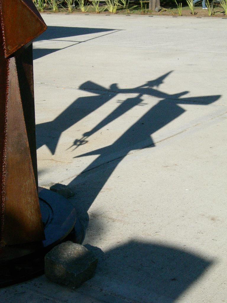 PORTAL PARA EL DESCANSO DEL GUERRERO (sombras), hierro, 350 cm. de altura, 2012, emplazada en el Parque de la Memoria de Lanús.