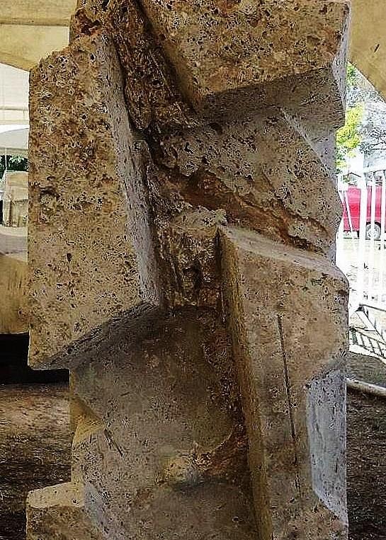 SILENCIO ANCESTRAL, travertino, 100 x 70 x 70 cm. emplazada en Marcos Juarez, 2011.